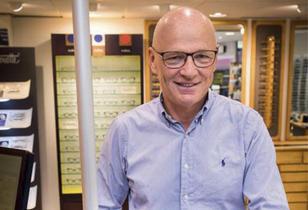 Daglig leder i optikerfirmaet Gundersen & Løken er fornøyd med sitt nye kassaapparat